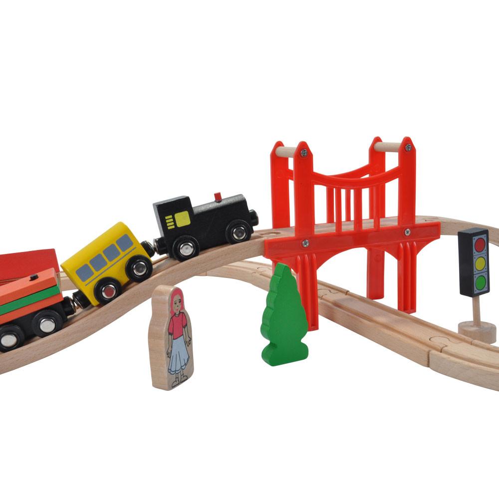 Rode hangbrug met goederentrein.