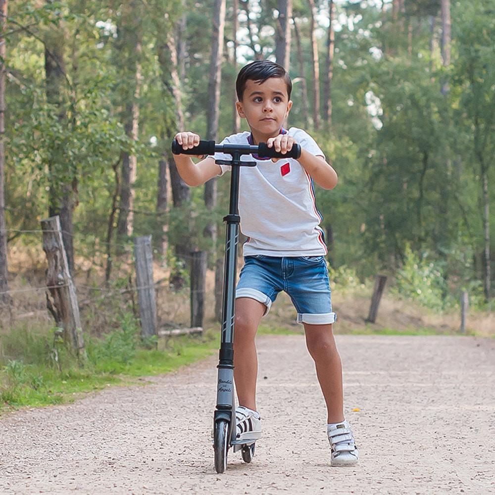 Emar past met zijn 1,10 m. perfect op de streetracer.