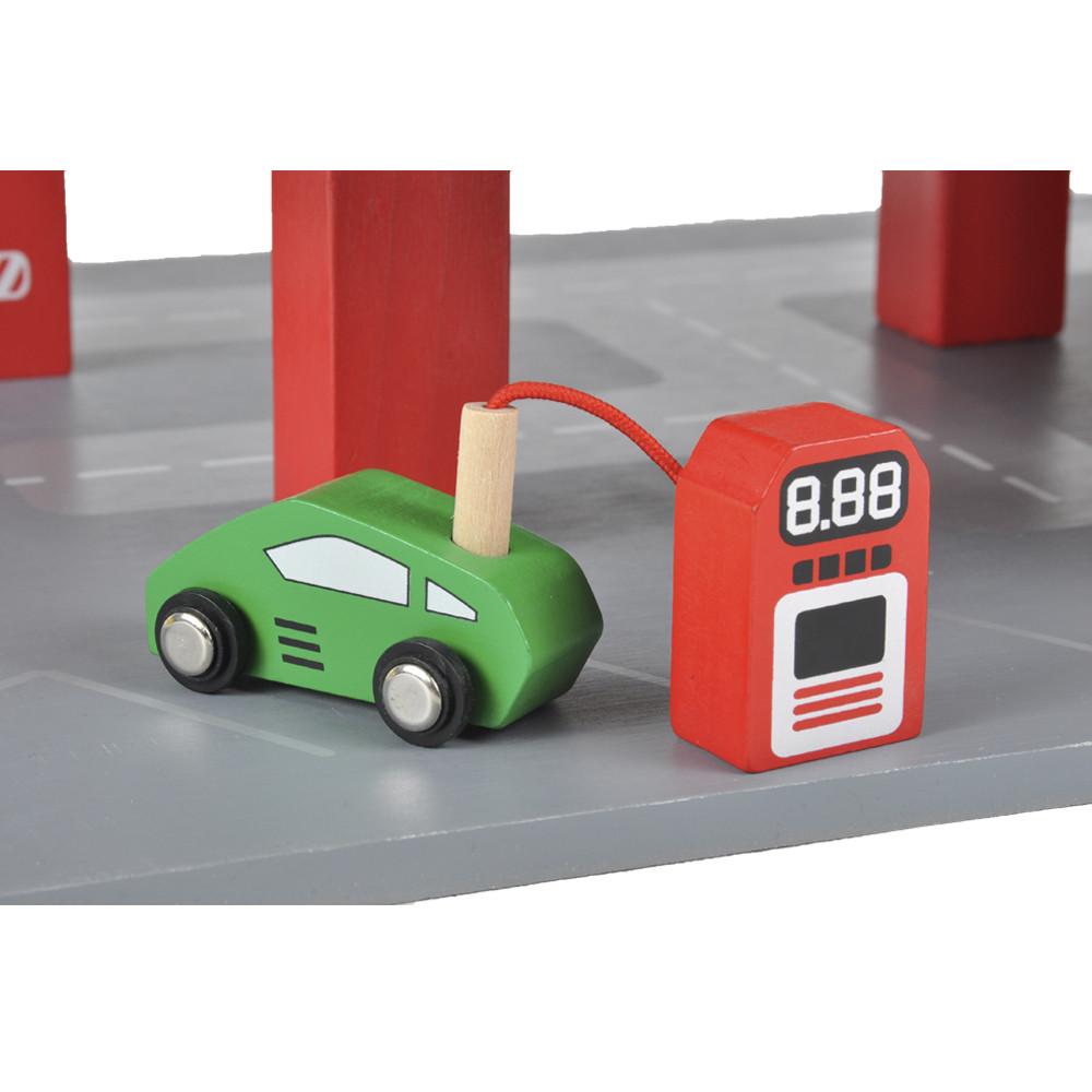 De auto's hebben een uitsparing om te tanken.